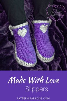 Crochet For Beginners Make these adorable Made With Love Slippers to keep those tootsies warm! Adult Sizes and Free on Pattern Paradise Crochet Slipper Boots, Crochet Sandals, Booties Crochet, Crochet Slippers, Knitted Slippers, Slipper Socks, Mode Crochet, Knit Crochet, Crochet Baby