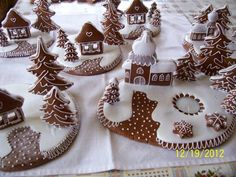 Fotogalerie - perníčky | MEDOVÉ PERNÍČKY Dany Tlapákové Christmas Cookies Gift, Christmas Gingerbread House, Homemade Christmas Gifts, Noel Christmas, Christmas Goodies, Christmas Desserts, Christmas Treats, Gingerbread Cookies, Gingerbread Houses