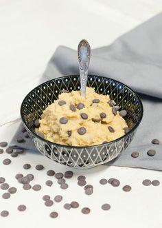 Naschen ohne Reue: Wir zeigen euch, wie ihr veganen Cookie Dough aus Kichererbsen in nur zwei Schritten selber machen könnt.