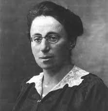 Amalie Emmy Noether fue una matemática, alemana de nacimiento, conocida por sus contribuciones de importancia en los campos de física teórica y álgebra abstracta. Emmy nació el 23 de marzo de 1882 en Erlangen (Alemania) y falleció el 14 de abril de 1935 en Bryn Mawr (Estados Unidos). Fue considerada como la mujer más importante en la historia de las matemáticas, debido a que revolucionó las teorías de anillos, cuerpos y álgebras. Nació en una familia judía.