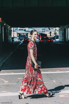 12 Floral Dresses That Are Just Plain Perfect Street Style 2016, New York Fashion Week Street Style, Street Chic, Street Fashion, Use E Abuse, Ralph Lauren, One Piece, Only Fashion, Red Fashion