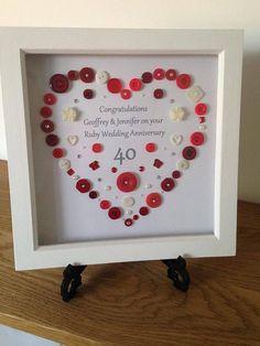 Diese personalisierte Knopf-Kunst-Rahmen würde ein perfektes Geschenk für ein paar ihr Rubin Hochzeit Jubiläum feiern. Was für ein schönes Stück handgefertigte Kunst Ruby Hochzeitstag zu markieren. Button-Kunst-Designs sind in Ihrem Haus zu helfen, statten Sie Ihren individuellen