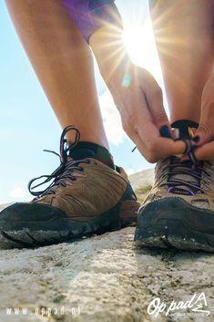 De lage wandelschoen - en veelal ook lichte wandelschoen - is de laatste jaren aan een flinke opmars bezig. Maar wat is een goede lage wandelschoen en waar moet je rekening mee houden als je een paar gaat kopen? In dit artikel geven we antwoord op de tien meest gestelde vragen over lage wandelschoenen. #wandelen #opppadmetsnp Best Hikes, Gore Tex, Outdoor Gear, Hiking Boots, Shoes, Zapatos, Shoes Outlet, Shoe, Footwear