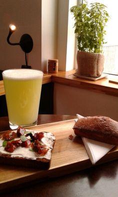 Combo: torrada com coalhada seca, tomate assado e manjericão, bolo de fubá e suco de limão