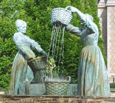 """""""Le Lavage de Huitres"""", statues de bronze à Cancale ~ """"The washing of oysters"""", statues of bronze in Cancale"""