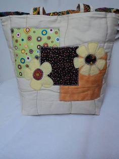 Bolsa confeccionada em sarja, tricoline e algodão, forrada com manta acrilica e…