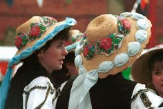 Romanian costume Mediaş - Sibiu  Wide brimmed straw hat (palarie de paie).   Photo of Purtata dance group from Mediaş taken in the UK in May 1994.