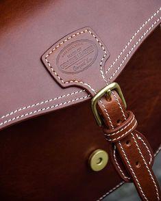 No photo description available. Leather Art, Leather Design, Leather Handle, Handmade Purses, Leather Bags Handmade, Badminton Bag, Leather Handbags, New Handbags, Wooden Bag