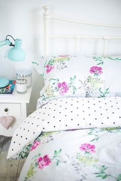 Best Bed Linen Ever – Best bed linens for your home Luxury Bedding Collections, Luxury Bedding Sets, Bed Linen Design, Linen Bedroom, Green Pillows, Home Trends, Cool Beds, Beautiful Bedrooms, Bed Sheets