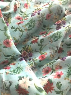 "Navy /""Blossoms/"" Summer Floral Printed 100/% Cotton LAWN//VOILE Fabric"