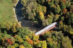 Le pont de Powerscourt est un ouvrage de génie civil construit en 1861 et 1862, ce qui en fait le plus ancien au Québec. Il s'agit d'un pont de type McCallum, conçu pour supporter le poids d'un train, et il est le seul exemple connu de ce type à subsister en Amérique du Nord. Ce pont, qui enjambe la rivière Châteauguay, relie les municipalités d'Elgin et de Hinchinbrooke en Montérégie. Photo : © Pierre Lahoud 2004