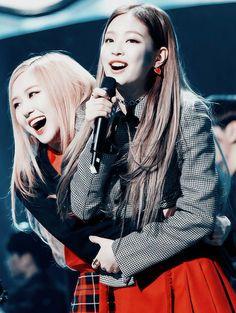 Rose and Jennie//BlackPink Blackpink Jisoo, Blackpink Jennie, Girls Generation, South Korean Girls, Korean Girl Groups, Divas, Foto Rose, Blackpink Icons, Most Beautiful Faces