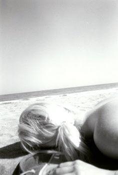 A LA DERIVA © - Capbussar-me en el mar. Submergir-me amb els peixos i assaborir la tranquil·litat d'un món impol·lut i puríssim. Jugar amb les algues i confondre'm amb les roques recobertes de líquens. Observar la calma dels mol·luscs que resten impassibles al món enverinat de sobre. Restar a la deriva, sense patiments, només sentint la remor de les ones i el líquid purificador que m'embolcalla i silencia el caos del meu cos torturat, gemegós i esberlat.