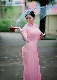 Love the Vietnamese pink long dress. Vietnamese Traditional Dress, Vietnamese Dress, Traditional Dresses, Sexy Outfits, Sexy Dresses, Long Dress Fashion, Cute Asian Girls, Beautiful Asian Women, Ao Dai