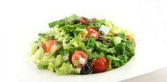 """Het fijne van een salade tijdens de lunch is dat je geen after-lunch-dip krijgt. Een after-lunch-dip ontstaat doordat je bloedsuikerspiegel snel stijgt en daarna enorm daalt. Dat is ook het moment wanneer je weer """"trek"""" krijgt in iets, ofwel snaaigedrag begint te vertonen. Dat terwijl je eigenlijk nog vol zit van de lunch."""