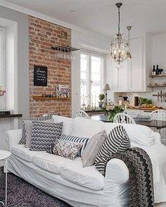 Un pan de mur en briques décoration blanche