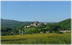 """La spaziosa Bike House ecosostenibile, denominata """"TOLASUDOLSA"""" (in dialetto parmigiano: """"prendila con calma""""), si trova a 830 mt slm sull'Appennino Parmense, a circa 5 Km da Compiano, entrato nel """"Club dei borghi più belli d'Italia. Planet Earth, Trek, Planets, Golf Courses, Mountains, Club, House, Beauty, Italia"""