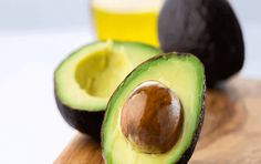 Nothing beats a delicious avocado.but sometimes you only want to eat half. Here, three simple techniques to keep your avocado fresh so you can enjoy it later. Cleanse Recipes, Diet Recipes, Healthy Recipes, Healthy Foods, Junk Food, Avocado Food, Healthy Fats List, How To Ripen Avocados, Ideas