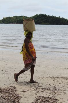 Donna #malgascia con cesta del #pescato