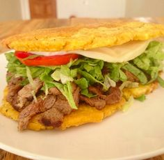 Esta delicia nació en el Estado Zulia de Venezuela y, aunque parece una hamburguesa, en lugar de pan trae dos sabrosísimos tostones. | Necesitamos dejarlo todo a un lado, y hablar sobre lo delicioso que es el patacón zuliano