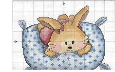 Patrón almohada punto de cruz - Entre el ajuar de tu bebé, la ropita de cuna es fundamental. Para ello, te proponemos este patrón punto de cruz para la almohada.