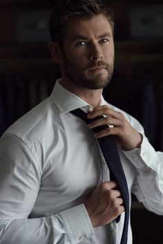 Chris Hemsworth ajustando su corbata oscuraYou can find Chris hemsworth and more on our website. Chris Hemsworth Thor, Chris Hemsworth Torse Nu, Chris Hemsworth Sin Camisa, Chris Hemsworth Muscles, Men In Black, Chris Evans, Celebrity Dads, Celebrity Crush, Celebrity Style