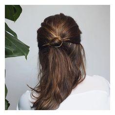 MALIA ✨ La jolie barrette à cheveux plaqué or, ça vous tente?  #handcraftedjewelry #jewelrydesigner #makers #minimalism_world #fashion #instajewelry #jewelryaddict #jewelrygram #jewelrydesign #handcrafted #handmade #tiroirdelou #Belgium #bruxelles #cerealmag #kinfolk #creatricedebijoux #bijoux #jewels #joyas #jewelry #simplicity #prettylittlething #nothingisordinary #giftguide #sustainablefashion #silversmith #designer #minimalchic #buylocal