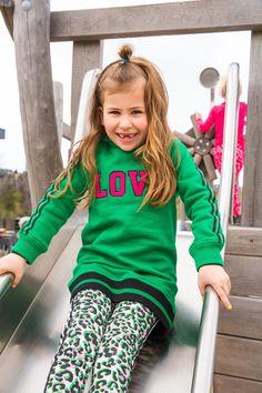 GIRLSLOOK! Met deze warme en stijlvolle look van Claesen's komt jouw YOUNGSTER geheid de winter door! #claesens #girlslook #love #groen #print #kindermode #jurk #legging #meisjes Fashion Kids, Pink Fashion, Hoods, Graphic Sweatshirt, Sweatshirts, Spotlight, Unicorn, Prints, Sugar