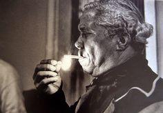 © Foto de Alcyr Cavalcanti. O sambista Nelson Cavaquinho acendendo o seu cigarro. Rio de Janeiro. Brasil, 1974.