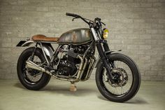 This is not your typical Honda CB cafe racer. 'Fade To Black' is probably one of the fastest middleweight vintage Hondas we've featured. Cafe Racer Honda, Cb 750 Cafe Racer, Cafe Racers, Brat Bike, Scrambler Motorcycle, Vintage Bikes, Vintage Motorcycles, Custom Motorcycles, Honda Motorcycles