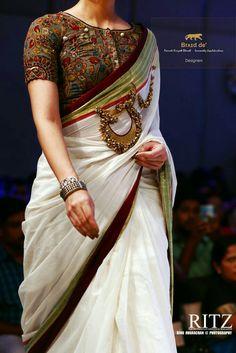 Kalamkari Blouse with Kerala Saree. Are you a fan of the most traditional kerala kasavu saree? Then give it a try with a kalamkari blouse. Saree Blouse Patterns, Sari Blouse Designs, Kalamkari Blouse Designs, Lehenga, Sabyasachi, Sari Bluse, Indische Sarees, Kalamkari Saree, Onam Saree
