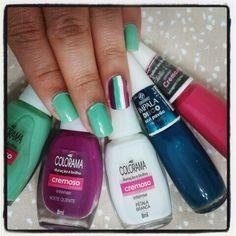 Nails com 5 cores de esmaltes.