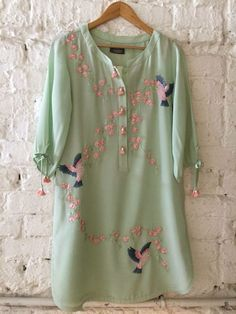 stylish and elegant kurti for lunch dates. Pakistani Dresses, Indian Dresses, Indian Outfits, Simple Dresses, Casual Dresses, Casual Outfits, Fashion Dresses, Kurti Embroidery Design, Embroidery Dress