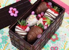 This chocolate box is so lovely, especially with those strawberries into it. Credit: Cakepedia day food gifts sweets Chocolate and strawberries Köstliche Desserts, Delicious Desserts, Yummy Food, Baking Recipes, Cake Recipes, Dessert Recipes, Chocolate Decorations, Chocolate Covered Strawberries, Food Crafts