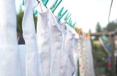 La ropa blanca es la más fácil de combinar con ropa de cualquier otro de color, pero hay que cuidarla un poco más, ya que lamentablemente es muy fácil que se torne amarillenta. Aquí tienes 8 trucos caseros para devolverle el color original a tus prendas y blanquear la ropa amarillenta. Quiz