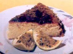 Receita de bolo de maracuja com gotas de chocolate - 4 colheres de sobremesa de margarina, 4 ovos, 3 xicaras de trigo, 11/2 xicara de açucar, 1/2 xicara de agua, 3 maracujas grandes(poupa e sementes), 1 colher sopa de fermento, 300 gr de chocolate meio amargo picado