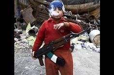 niño rebelde de 7 años con un arma