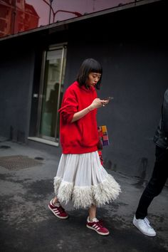 Roter, sportlicher Hoodie und weiter Tüllrock - ein Kombination, die perfekt für einen coolen Street Style geeignet ist.