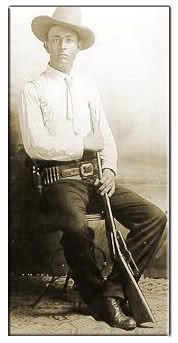Texas Lawman Frank Hamer knew how to hunt down criminals. The murdering thieves of the ealy century are legendary but how much do you know about the man who helped end the era of free roaming bank robbers like Bonnie Clyde ? Bonnie Parker, Bonnie Clyde, Texas Rangers Law Enforcement, Old West Photos, Cowboys And Indians, Real Cowboys, Old Gas Stations, Texas History, Cowboy And Cowgirl