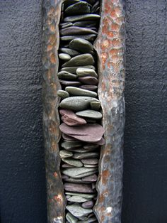 stacked stone in open beaten metal tube  Tom Stogdon, #Kunst im #Garten #Ideen und #kreatives www.ericclassen.de