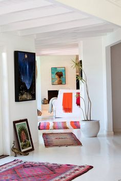 white floors work as a canvas for those who like color in there home. Let us look at some examples of homes with white floors. Nachhaltiges Design, House Design, Design Ideas, Home Interior, Interior Decorating, Modern Interior, Decorating Ideas, Deco Retro, Living Spaces