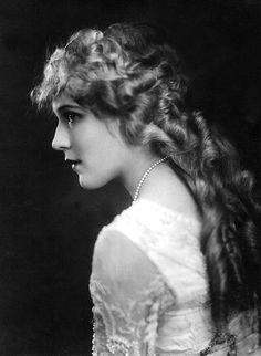 Mary Pickford, C. 1918 by Everett--silent film actress Vintage Hollywood, Hollywood Glamour, Classic Hollywood, Hollywood Actresses, Mia Farrow, Louise Brooks, Grace Jones, Veronica Lake, Brigitte Bardot