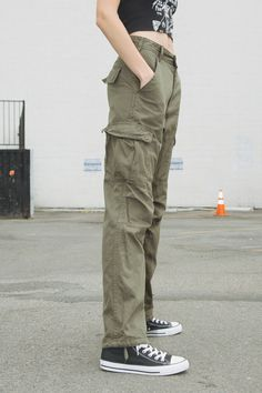High rise relaxed fit cargo pants in olive green with 6 pockets, zipper and button closure, belt loops, and adjustable ankle hem detail. Cargo Pants Outfit, Cargo Pants Women, Green Cargo Pants, Look Fashion, Korean Fashion, Fashion Outfits, Womens Fashion, Looks Hip Hop, Mode Sombre