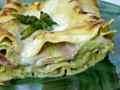 Lasagne alla Crema di Asparagi, particolarmente apprezzate per il sapore delicato grazie alla presenza dello stracchino che si sposa molto bene alla salsa besciamella, agli asparagi e al prosciutto cotto.