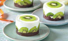 Mini dortíčky s kiwi Small Desserts, Creative Desserts, Fun Desserts, Mini Mousse, Food Vans, Individual Cakes, Mini Cheesecakes, Little Cakes, Food Decoration