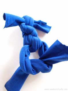 Sew T-Shirt 5 Different DIY No-Sew T-Shirt Dog Toys - Do you have a stack of old t-shirts? Then turn them into something useful and make these 5 different T-shirt dog toys that your pup will love! Dog Training Methods, Basic Dog Training, Dog Training Techniques, Training Your Puppy, Training Dogs, Diy Dog Toys, Pet Toys, Puppy Obedience Training, Positive Dog Training