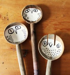 These wooden spoon owls are adorable. Made me think of making wooden spoon garden/plant markers. Ceramic Spoons, Wooden Spoons, Painted Spoons, Rustic Spoons, Painted Owls, Hand Painted, Diy Cadeau, Crafts For Kids, Arts And Crafts