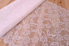 Δαντέλα Ύφασμα Μαργαρίτες LC8978  Δαντέλα ύφασμα μαργαρίτες, πλάτους 40cm. Εξαιρετική ποιότητα και κομψό, διακριτικό σχέδιο για όμορφα δεσίματα. Δώστε ένα ρομαντικό, vintage ύφος στις δημιουργίες σας. Ιδανική για να δέσετε μπομπονιέρες, προσκλητήρια, μαρτυρικά, λαμπάδες γάμου και βάπτισης, κουτιά βάπτισης και λαδοσέτ. Χρησιμοποιήστε την ακόμα για διάφορες χειροτεχνίες και κατασκευές.Διαστάσεις: 40cm x 3yd