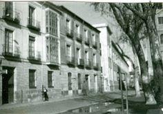 Viviendas que, en origen, formaron la Casa de las Conchas cuya propiedad se dividió en el mismo siglo XVI. La fisonomía de sus fachadas respondía a las reformas operadas en el siglo XIX.
