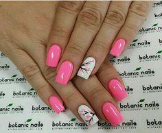 Uñas color rosa largas con decoración de pequeñas flores